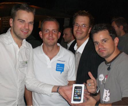 Verleihung des Befreiphones, v.l.: Party-Veranstalter Randolf Jorberg Geschäftsführer Tobias Ihde, Technischer Leiter Jan Schweder, Moderator Marcus Tandler