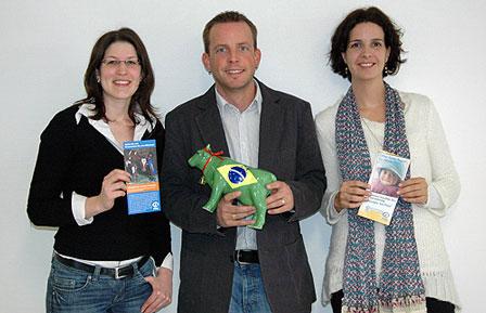 Über die Übergabe der Diego-Kuh freuen sich Sarah Drücker, Tobias ihde und Miriam Edelmann (v.l.)