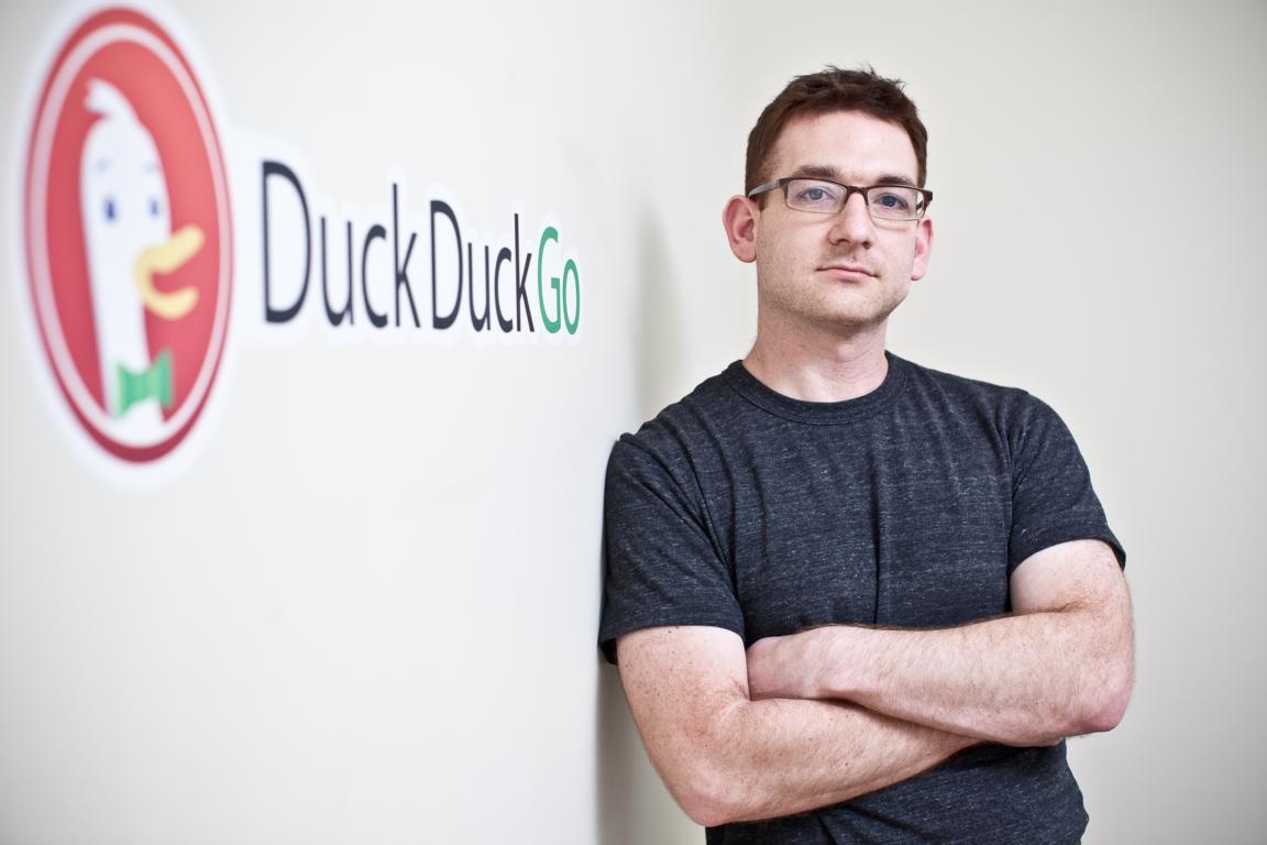 DuckDuckGo CEO Gabriel Weinberg mit Logo