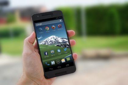 Hand mit Smartphone in der Hand