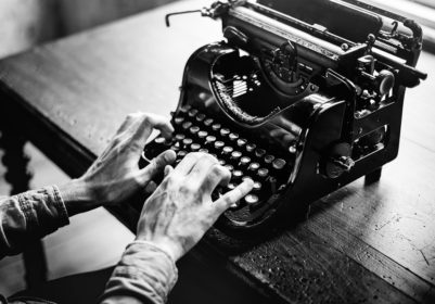 Person tippt auf Schreibmaschine