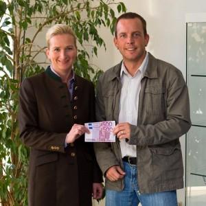 Maja Zech, Vorstandsmitgleid der Erika Müller-Stiftung, freut sich über die Spendenübergabe durch Geschäftsführer Tobias Ihde
