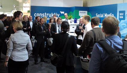 Gespannt lauscht die ausgebuchte Guided Tour des BVDW zum Thema Suchmaschinenmarketing den Ausführungen von Jan Schweder