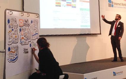 Anna Lena Schiller in Aktion: während der einzelnen Vorträge bringt sie live das Gehörte zu Papier.