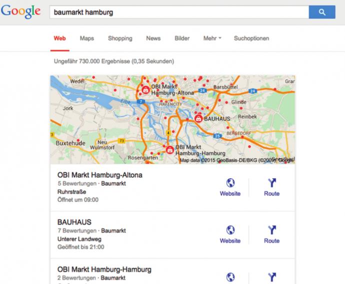 Je nach Suchanfrage bietet Google sehr prominent platzierte zusätzliche Ergebnisse an, hier im Kunden-Beispiel: lokale Ergebnisse aus Google My Business/Maps