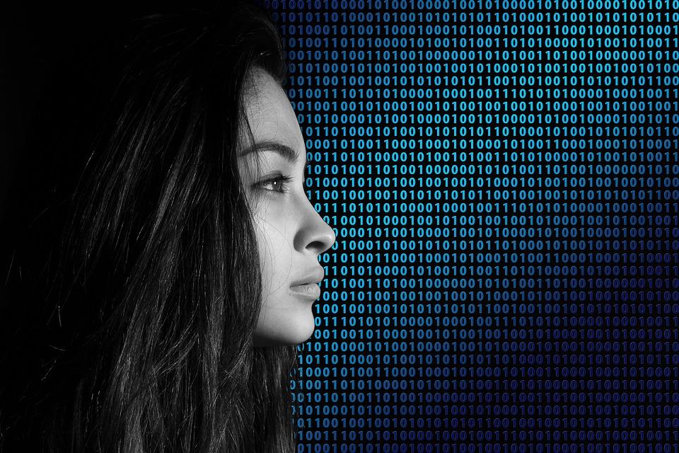 Binärcodes und eine Frau - Datenschutz im Netz