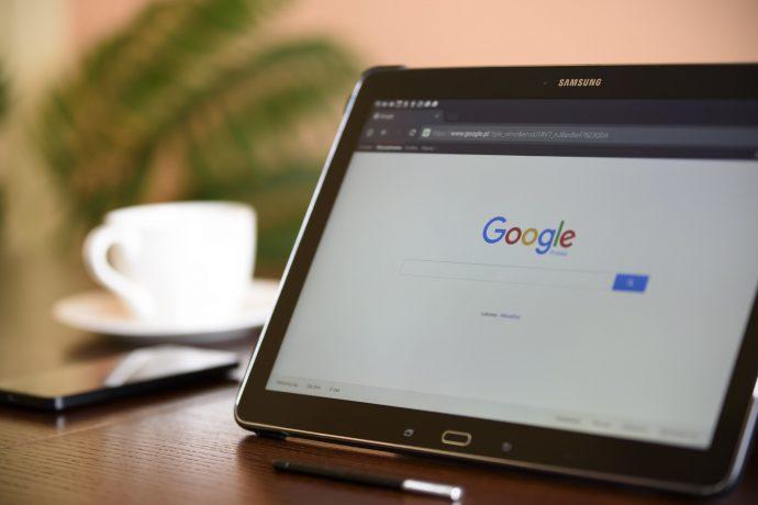 Google mit Tablet